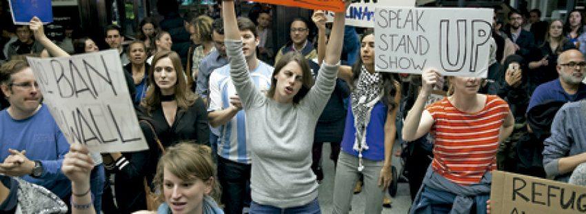 protesta de un grupo de manifestantes en un aeropuerto contra el muro de Trump
