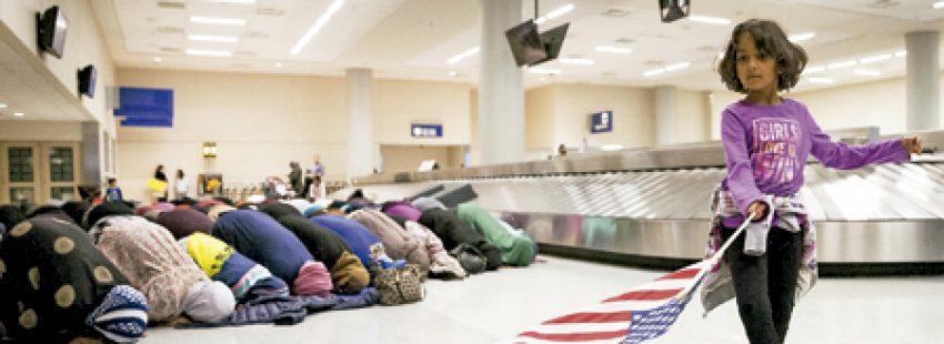 oración protesta de mujeres musulmanas en el aeropuerto de Dallas Estados Unidos contra la decisión de Trump de vetar la entrada a musulmanes de siete países
