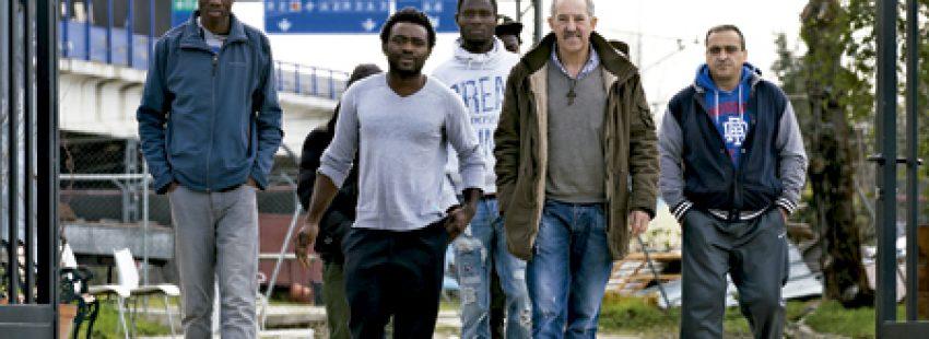 Jorge de Dompablo y algunos de los jóvenes inmigrantes con los que vive en su casa en el extrarradio de Madrid iglesia en salida