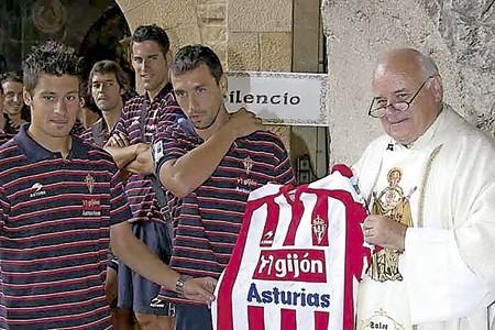 Fernando Fueyo, capellán del equipo de fútbol de Sporting de Gijón en una ofrenda a la Virgen de Covadonga con los jugadores