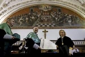 Giuseppe Versaldi, cardenal prefecto de la Congregación para la Educación Católica, en la UPSA con Myriam Cortés rectora le entrega doctorado