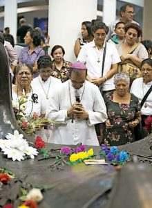 Gregorio Rosa Chávez obispo auxiliar de San Salvador rezando ante la tumba del beato Óscar Romero