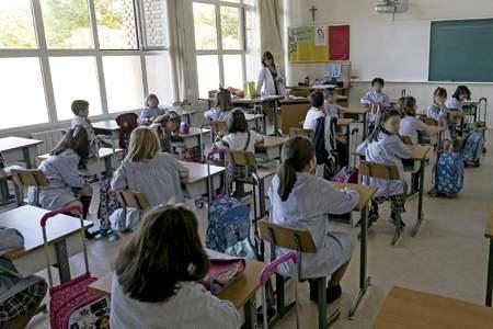alumnos estudiantes en el aula en la escuela colegio concertado católico