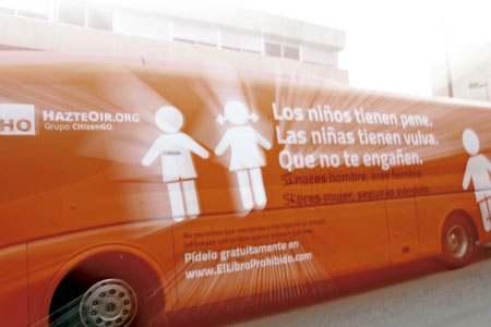 autobús de HazteOir.org circulando por la calle en una campaña contra la transexualidad e ideología de género
