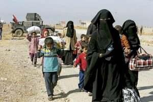 mujeres y niños iraquíes huyen de la guerra como refugiados