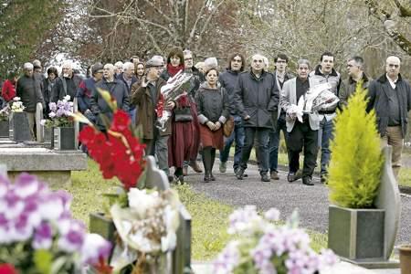 grupo de personas en el cementerio de Lasarte-Oria rinden homenaje a un concejal socialista asesinado por ETA