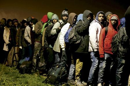 grupo de migrantes que buscan entrar en Europa y refugio atrapados en Calais Francia
