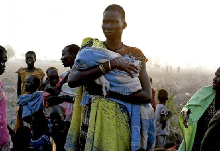 mujer sostiene en brazos a un bebé en Sudán del Sur
