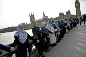 musulmanes en cadena de oración en el puente al lado de Westminster y el Parlamento de Londres en repulsa del atentado marzo 2017