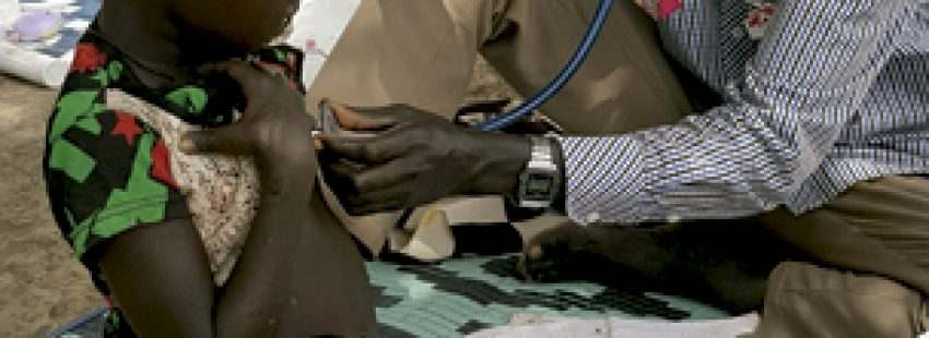 médico con una niña en un país africano