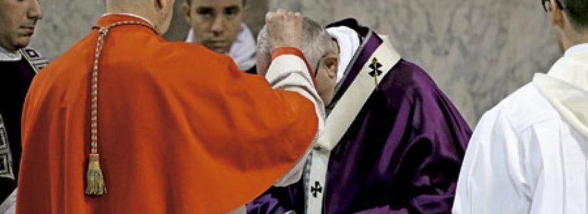 papa Francisco recibe ceniza el Miércoles Ceniza 1 marzo 2017