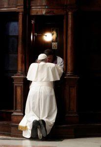 papa Francisco se confiesa con un sacerdote celebración penitencial 17 marzo 2017