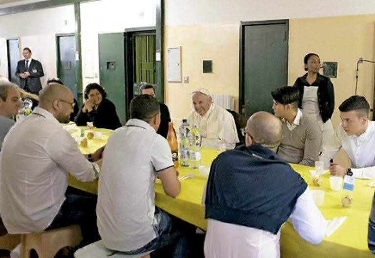 papa Francisco come con un grupo de reclusos en su visita a Milán marzo 2017
