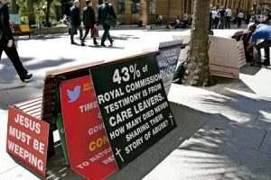 carteles en la calle protestando en la Comisión Real en Australia que investiga los abusos sexuales por parte de sacerdotes