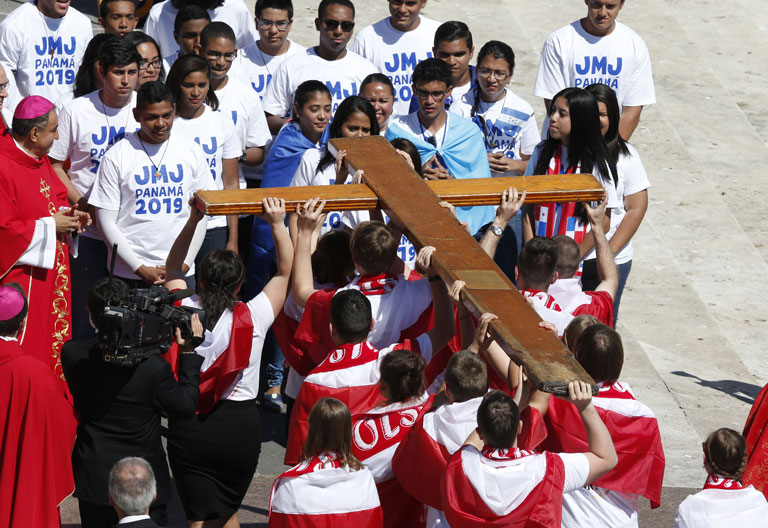 papa Francisco Domingo de Ramos en la Plaza de San Pedro Vaticano y cruz JMJ 9 abril 2017