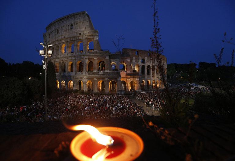 Viernes Santo Vía Crucis en el Coliseo romano 14 abril 2017
