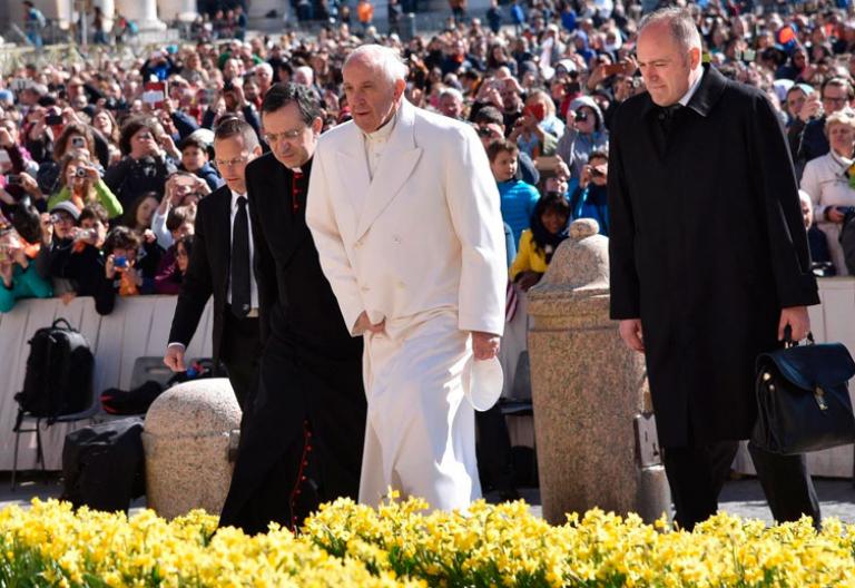 Francisco en la Plaza de san Pedro para la audiencia general de los miércoles el 19 de abril de 2017