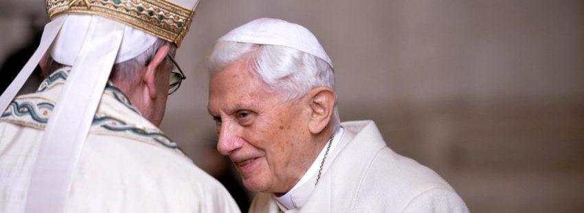 Benedicto XVI, con Francisco, en 2015