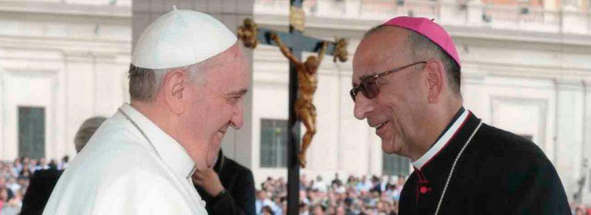 Juan José Omella obispo de Barcelona con el Papa Francisco en un saludo