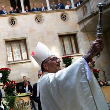 El arzobispo de Barcelona, Juan José Omella, en la bendición de rosas por Sant Jordi en la Generalitat el 23 de abril de 2017