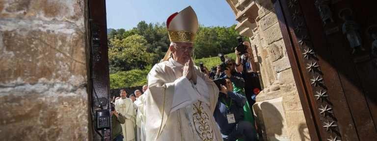 cardenal Carlos Osoro atraviesa la puerta del perdón Monasterio de Santo Toribio de Liébana apertura del Año Santo Lebaniego 23 abril 2017
