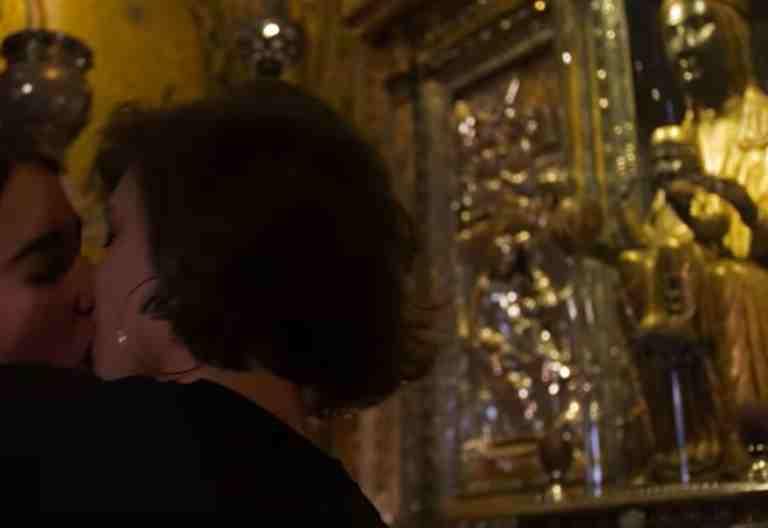 Dos jóvenes se besan ante la Virgen de Montserrat para visibilizar el Día de la Visibilización del Lesbianismo 26 de abril de 2017