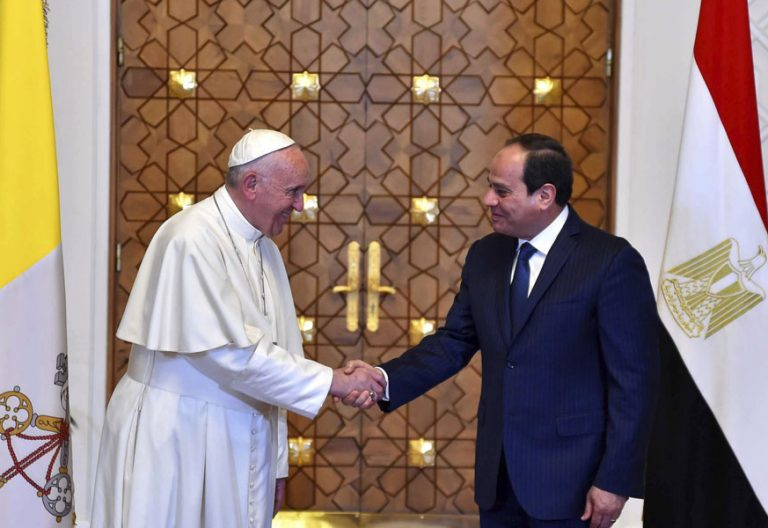 papa Francisco llega a Egipto viaje abril 28 2017 encuentro presidente Al Sisi