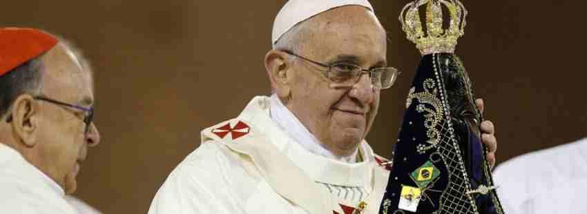 papa Francisco con una imagen de la Virgen de Aparecida en el santuario viaje Brasil JMJ julio 2013