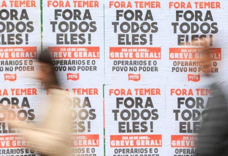carteles en una pared en una calle en Brasil llamando a la huelga general 28 abril 2017