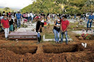 entierro en Mocoa Colombia después de que murieran murieran 273 personas por una avalancha provocada por lluvias torrenciales y el desbordamiento de varios ríos abril 2017