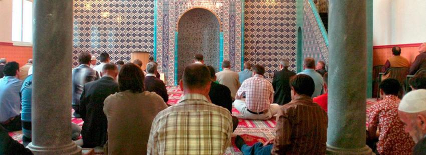 Musulmanes rezan en una mezquita en una imagen de archivo