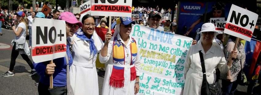 religiosas monjas en Venezuela con carteles No más dictadura en marchas oposición en Caracas contra el gobierno de Nicolás Maduro