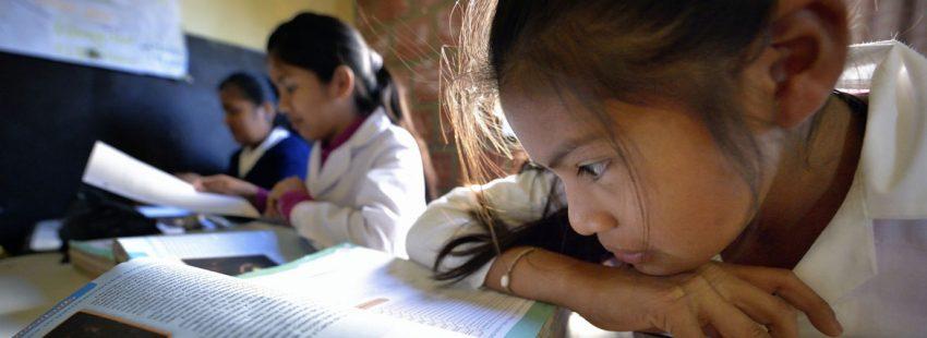niñas indígenas de la zona de Argentina estudiando en el colegio escuela