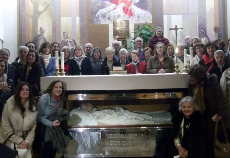 Padre Faustino Míguez fundador escolapios con un grupo de religiosos y laicos