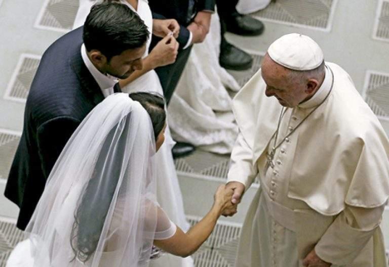 papa Francisco con un matrimonio pareja recién casado