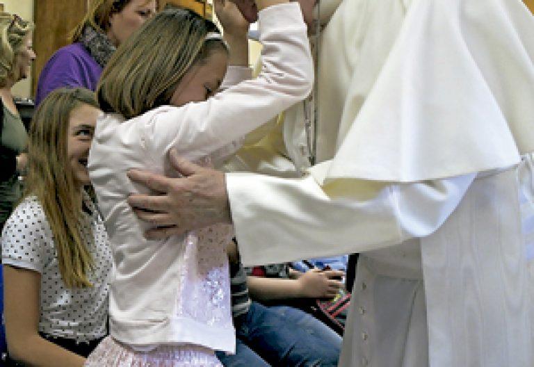 viernes misericordia papa Francisco con una niña ciega