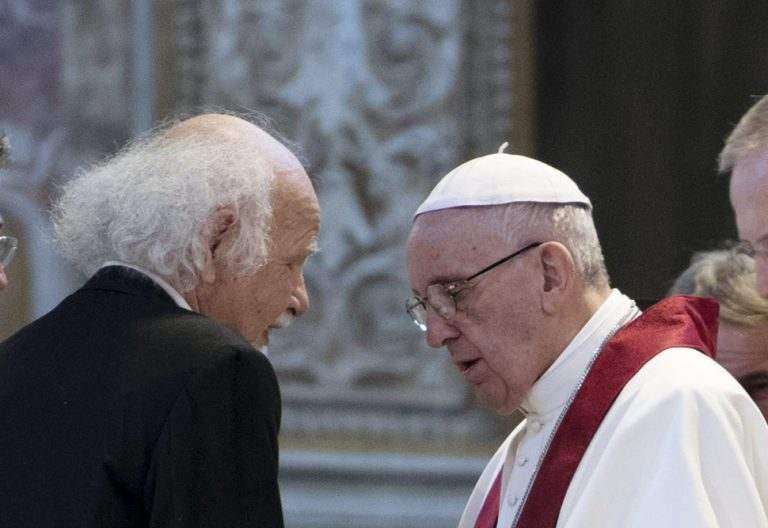 papa Francisco en una oración por los nuevos mártires con el hijo de una persona asesinada en un campo de concentración nazi
