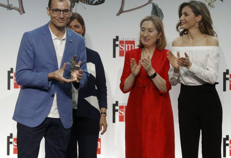 """La reina Letizia entrega el premio """"Barco de Vapor"""" a Roberto Aliaga, en presencia de Ana Pastor / EFE"""