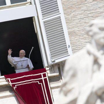 El Papa, durante el rezo del Regina Coeli