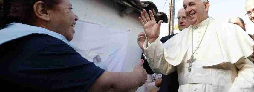 El Papa Francisco, durante su visita a una barriada en Asunción (Paraguay)
