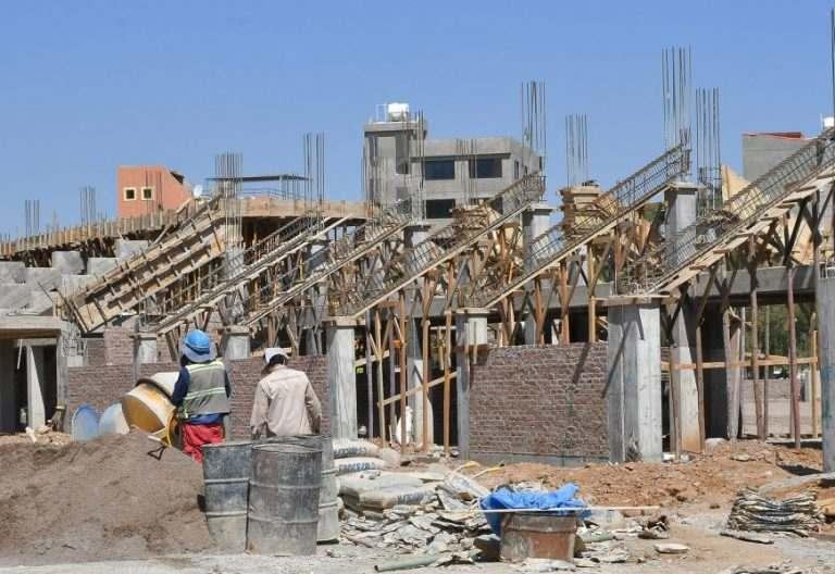 Obreros trabajan en la construcción de la pista de atletismo para la undécima versión de los Juegos Sudamericanos en Bolivia este, 8 de mayo de 2017, en Cochabamba (Bolivia)/ EFE, trabajo, construcción, derechos del trabajador