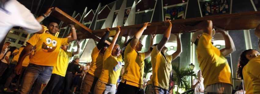 Un grupo de jóvenes y religiosos participa en la Vigilia Juvenil y acto de recibimiento de la Cruz Peregrina y el icono de la Virgen María, recibidos en Roma y trasladados a Panamá, como parte de los eventos preparativos para la Jornada Mundial de la Juventud (JMJ) 2019 hoy, sábado 13 de mayo de 2017, en Ciudad de Panamá (Panamá). EFE/Alejandro Bolívar