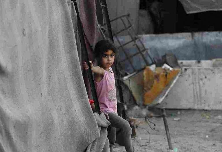 """Una niña refugiada palestina juega fuera de la casa improvisada de su familia hoy, miércoles 17 de mayo de 2017, en el campamento de refugiados de Khan Younis, en el sur de la Franja de Gaza. El 15 de mayo, los palestinos conmemoraron el 69 aniversario de la """"Nakba"""" o catástrofe, en referencia a la creación del Estado de Israel hace 69 años en la Palestina de mandato británico, lo que provocó el desplazamiento de cientos de miles de palestinos que huyeron o fueron expulsados de sus hogares durante la guerra de 1948. EFE/MOHAMMED SABER"""