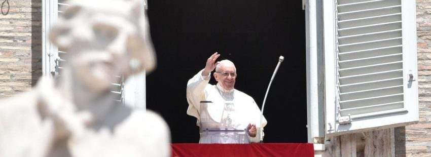 El Papa Francisco, durante el rezo del Regina Coeli, el 14 de mayo de 2017, un día después de su viaje a Fátima Portugal)