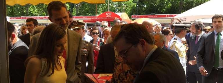 Los Reyes visitan el stand de PPC en la Feria del Libro 2017 26 de mayo SM Felipe VI Letizia