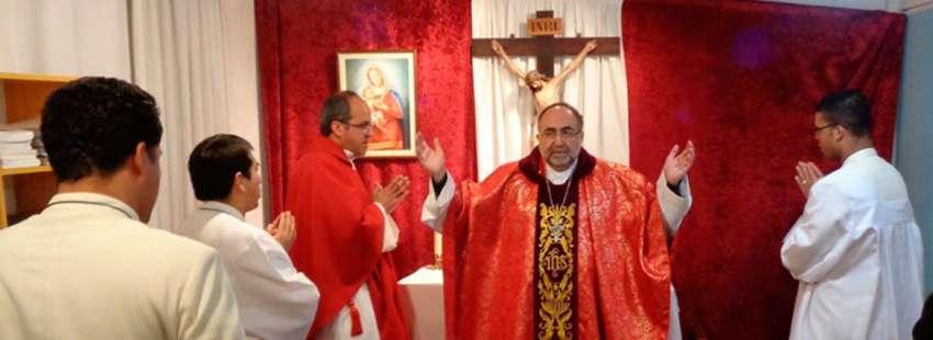 Jesús Sanz Montes, celebrando con miembros de Lumen Dei fotografía de archivo