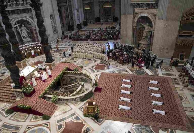 Francisco ordena a diez sacerdotes en el Vaticano