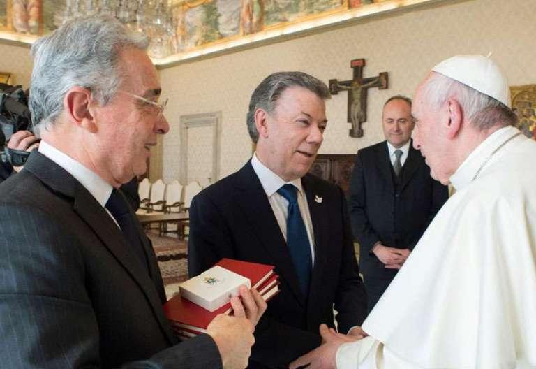 El Papa junto a Santos y Uribe en su histórica reunión en el Vaticano en diciembre de 2016