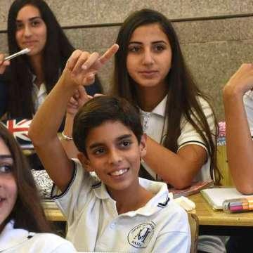 alumnos chicos jóvenes en la escuela en el aula