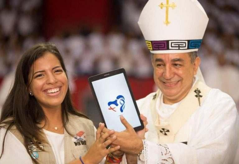 La joven creadora Ámbar Calvo junto al arzobispo de Panamá, José Domingo Ulloa, en la presentación del logo de la JMJ 2019